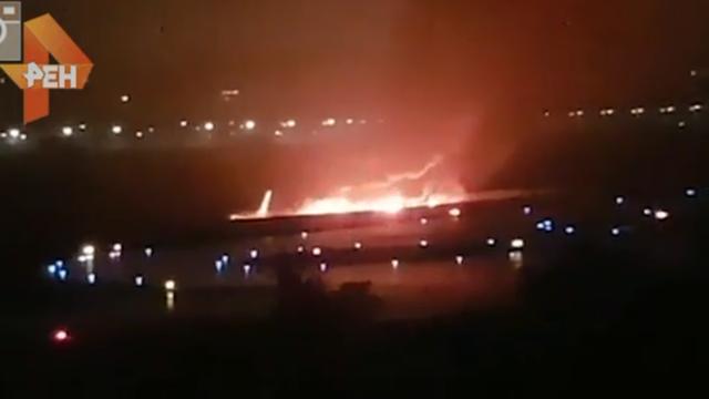 Máy bay chở khách bốc cháy ngùn ngụt sau khi trượt khỏi đường băng (Ảnh: Ren-TV)