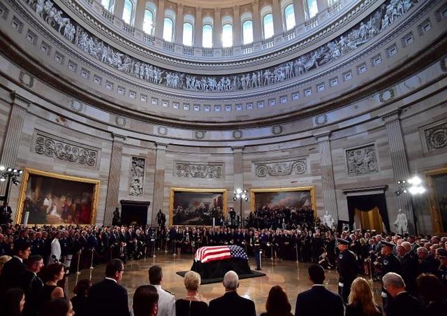 Ngày 31/8 (giờ địa phương), lễ viếng của ông McCain đã được long trọng tổ chức ở Đồi Capitol. Trong buổi lễ này, những người bạn, người đồng nghiệp, người thân của ông McCain cùng nhân dân Mỹ đã đến để tiễn đưa chính trị gia kỳ cựu của nước Mỹ. Trong ảnh: Quan tài chứa linh cữu ông McCain nằm dưới mái vòm Điện Capitol.
