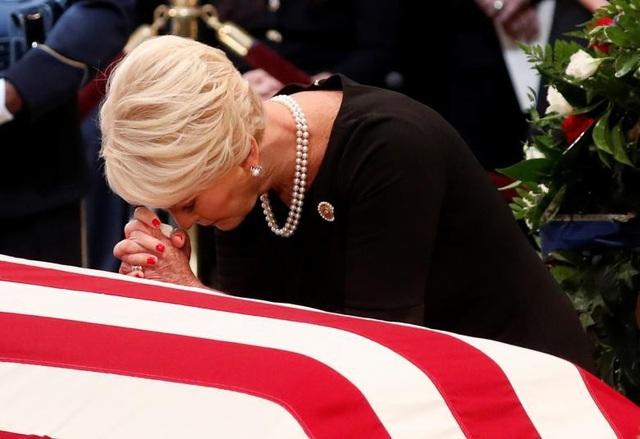 Vợ ông McCain, bà Cindy McCain, gục đầu buồn bã trước linh cữu chồng.