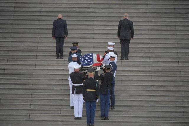 Đội danh dự chuyển quan tài của ông McCain vào trong điện Captiol trong cơn mưa tầm tã.