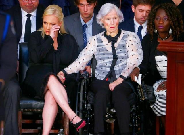 Bà Roberta McCain, người mẹ 106 tuổi của ông McCain, vẫn giữ được bình tĩnh, nhưng gương mặt lộ rõ buồn bã tại đám tang của con trai.
