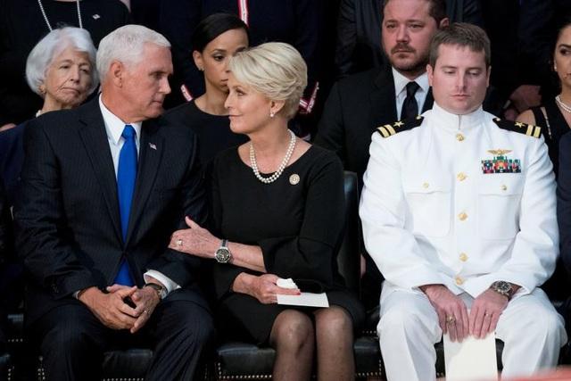 """Phó Tổng thống Mỹ Mike Pence, lãnh đạo phe đa số Thượng viện Mỹ Mitch McConnell và Chủ tịch Hạ viện Paul Ryan lần lượt có những bài phát biểu ca ngợi công lao của ông McCain trong 60 năm phục vụ nước Mỹ và lòng yêu nước nồng nàn của ông. Ông Pence nhấn mạnh rằng Tổng thống Mỹ Donald Trump đã yêu cầu ông tới lễ viếng. """"Tổng thống đã yêu cầu tôi thay mặt tới đây với lòng tôn trọng"""", ông Pence nói. Trước đó, ông McCain được cho là không muốn ông Trump xuất hiện tại đám tang."""