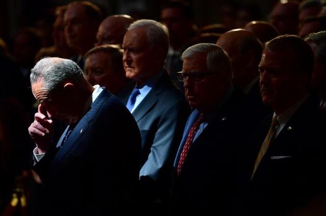 Các Thượng nghị sĩ cúi đầu trước quan tài ông McCain.