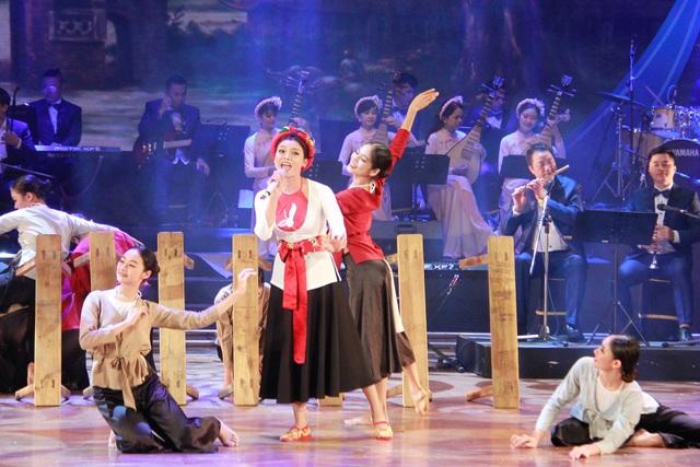 Phạm Phương Thảo thể hiện ca khúc với sự hỗ trợ đầy tinh tế và tâm huyết của biên đạo múa Phương Linh.