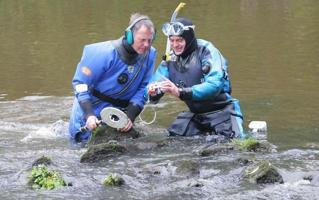 Ông Rolfe Mitchinson và Bob Middlemass lặn sông Tees để tìm kho báu hồi năm 2012. (Nguồn: TNE)
