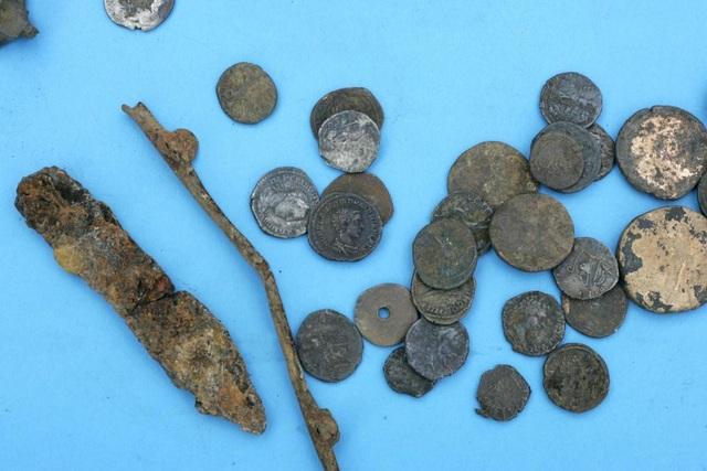 Một số đồng xu vàng, bạc được hai ông tìm thấy. (Nguồn: TNE)