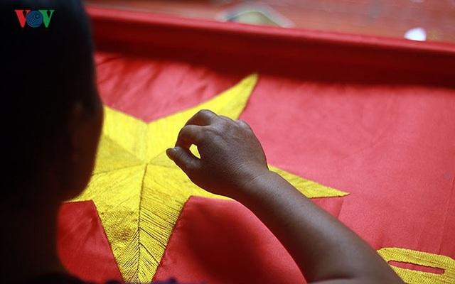 Làng may cờ lớn nhất Thủ đô dốc toàn lực cho bóng đá và dịp Quốc khánh - 1