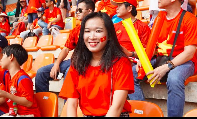 Rực sắc đỏ của cổ động viên Việt Nam tại sân Pakansari - 12