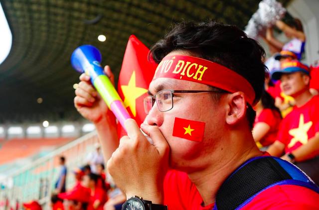 Rực sắc đỏ của cổ động viên Việt Nam tại sân Pakansari - 14