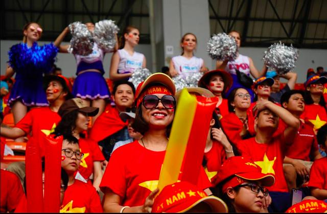 Rực sắc đỏ của cổ động viên Việt Nam tại sân Pakansari - 15