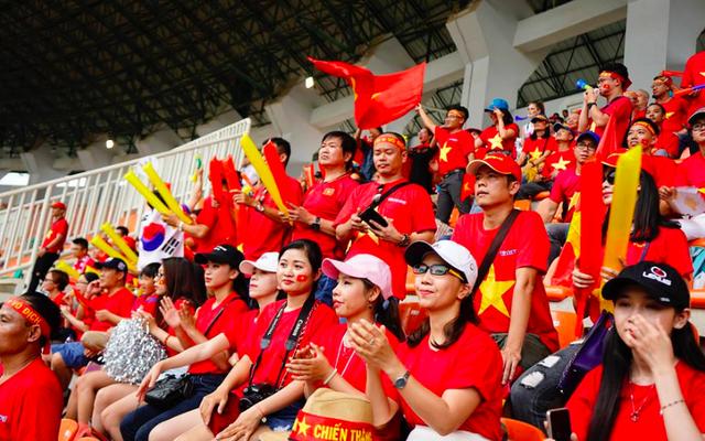 Rực sắc đỏ của cổ động viên Việt Nam tại sân Pakansari - 16