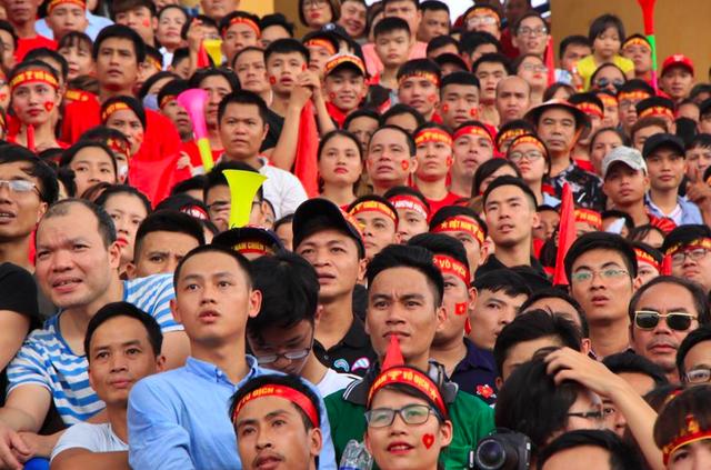 Hàng nghìn đôi mắt đổ về màn hình chiếu để theo dõi trận đấu