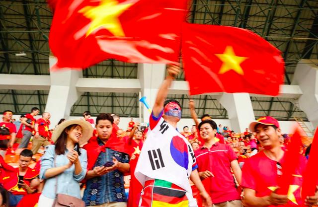 Rực sắc đỏ của cổ động viên Việt Nam tại sân Pakansari - 19