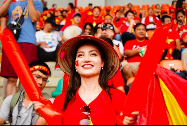 Rực sắc đỏ của cổ động viên Việt Nam tại sân Pakansari - 20