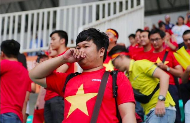 Những ánh mắt thẫn thờ, những giọt nước mắt tiếc nuối sau thất bại của loạt đá Penalty của tuyển Olympic Việt Nam.