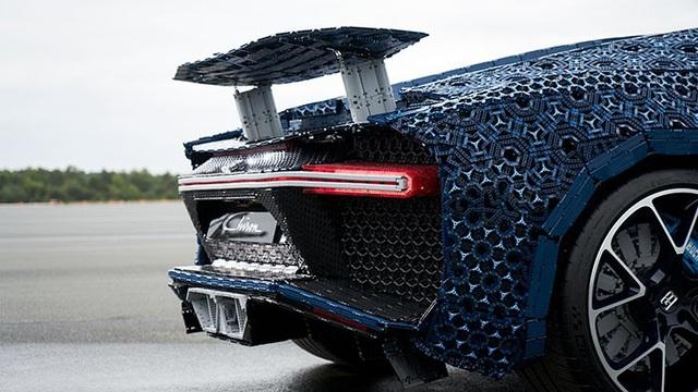Siêu xe Bugatti Chiron ráp bằng LEGO có thể lăn bánh như xe thật - 3