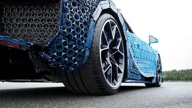 Phần khung xe được tạo nên từ các mảnh LEGO