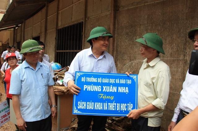 Bộ trưởng đã tặng Sách giáo khoa và Thiết bị học tập tới trường PTDTBT THCS Nà Ớt (huyện Mai Sơn, Sơn La)