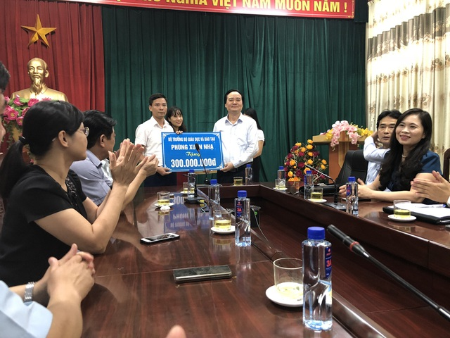 Đồng thời, Bộ trưởng tặng 300 triệu đồng tới phòng GD huyện Mai Sơn để ủng hộ các trường bị ảnh hưởng thiệt hại do trận lũ lịch sử vừa qua. Công Đoàn ngành GD Việt Nam cũng tặng 120 triệu đồng tới phòng GD huyện Mai Sơn.