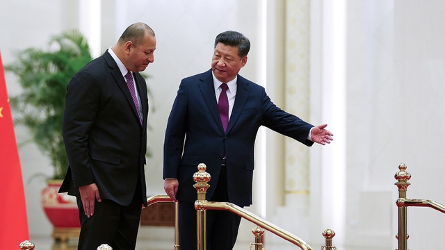 Chủ tịch Trung Quốc Tập Cận Bình đón nhà vua Tonga Tupou VI tại Bắc Kinh hồi tháng 3 (Ảnh: AFP)