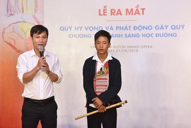 Thầy giáo Dương Văn Thưởng - Hiệu trưởng trường THCS Hoàng Su Phì, Hà Giang