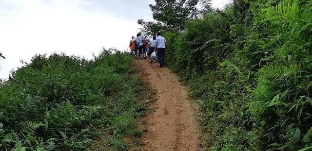 Đường dốc, trơn trượt vào khi trời mưa nên để lên đến đỉnh núi, nơi đóng đô của điểm trường Lũng Kim thật sự là một hành trình gian nan, vất vả