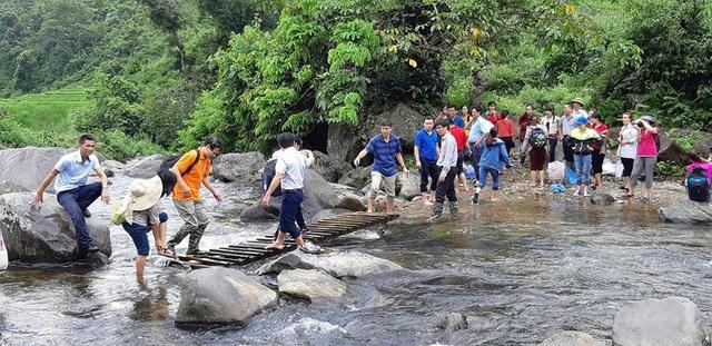 Nhiều đoạn phải lội qua suối sâu, được bắc tạm cây cầu gỗ cheo leo, trơn trượt. Nhiều thành viên trong đoàn tham gia lễ khởi công đã bị ngã xuống suối do đá rất trơn