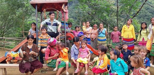 Phụ huynh và học sinh ở điểm trường Lũng Kim đã có mặt từ sáng sớm để đón đoàn lên tổ chức lễ khởi công
