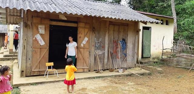 Điểm trường Lũng Kim, Trường mầm non Nà Kiềng (xã Quảng Lâm, huyện Bảo Lâm, tỉnh Cao Bằng), nơi cô giáo Lục Thị Lý vừa nhận công tác là phòng học thưng bằng gỗ, mái lợp bờ rô