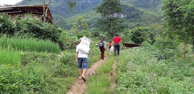Cách trường chính là Trường mầm non Nà Kiềng (xã Quảng Lâm, huyện Bảo Lâm, tỉnh Cao Bằng) chỉ 8km, nhưng chỉ đi được xe máy 3km, còn lại phải cuốc bộ lên điểm trường Lũng Kim