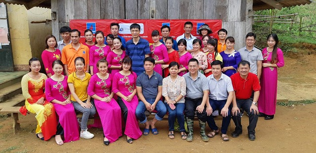 Các nhà tài trợ chụp ảnh kỷ niệm cùng các cô giáo Trường mầm non Nà Kiềng tại lễ khởi công công trình phòng học Dân trí thứ 22 ở điểm trường Lũng Kim