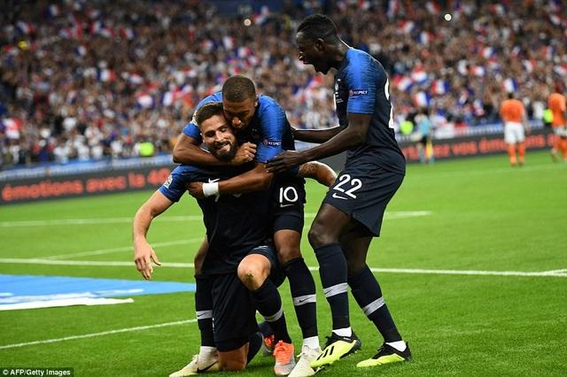 Các cầu thủ Pháp chia vui với Giroud sau khi tiền đạo số 9 ghi bàn