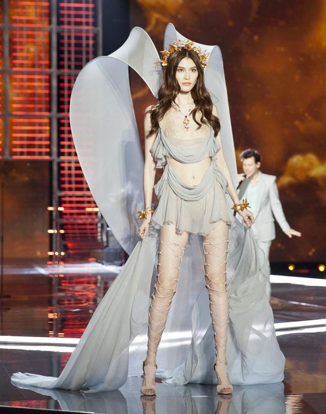Năm 2018 này sẽ là năm thứ 8 liên tiếp siêu mẫu Trung Quốc Sui He được mời trình diễn cho hãng Victorias Secret. Cô gái 29 tuổi cao 1,79m này là gương mặt quảng cáo của Shiseido, H&M...