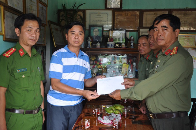 Lực lượng Công an huyện Núi Thành thăm hỏi ông Trí