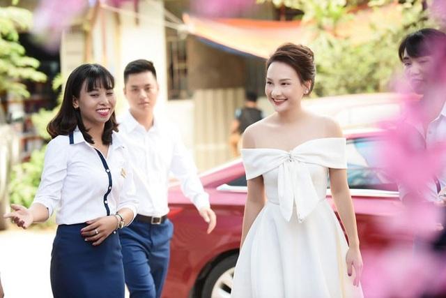 Ngoài Thanh Hương, diễn viên Bảo Thanh của phim Sống chung với mẹ chồng, Ngày ấy mình đã yêu cũng tham dự sự kiện. Bảo Thanh cũng diện đầm trắng hở vai, khoe làn da trắng và nụ cười tươi tắn.