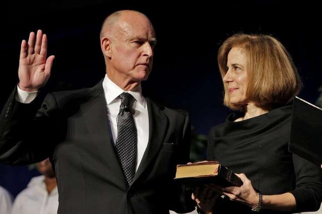 Ông Jerry Brown và phu nhân trong lễ nhậm chức Thống đốc bang California năm 2011 (Ảnh: SFgate)