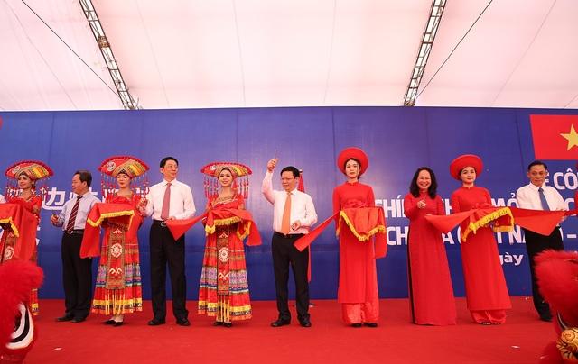 Phó Thủ tướng Vương Đình Huệ và lãnh đạo Quảng Tây, Lạng Sơn thực hiện nghi thức cắt băng chính thức mở cửa cặp cửa khẩu Chi Ma - Ái Điểm