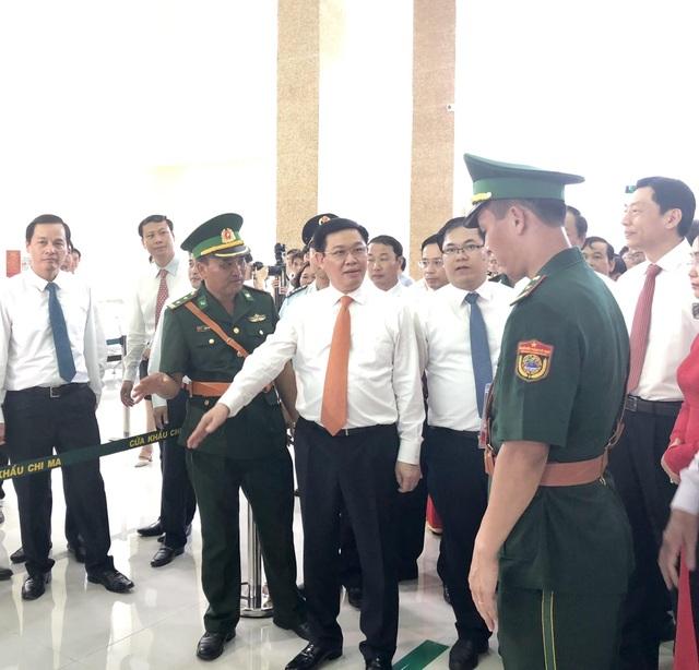Phó Thủ tướng Vương Đình Huệ thăm nơi làm thủ tục, kiểm tra xuất - nhập cảnh tại cửa khẩu Chi Ma