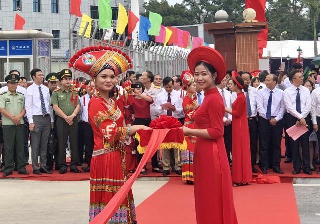 Hai cô gái Việt Nam và Trung Quốc trước nghi lễ giao thương qua cửa khẩu Chi Ma - Ái Điểm