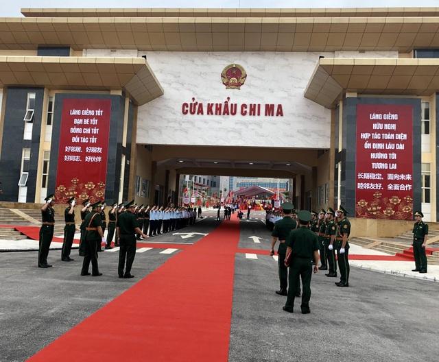 Lực lượng chức năng làm việc tại cửa khẩu Chi Ma - Lạng Sơn