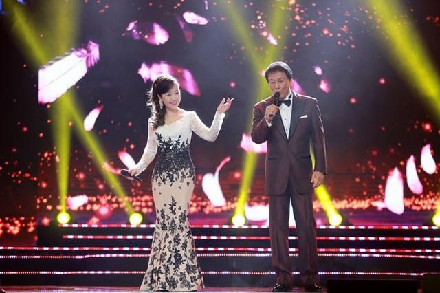 """Phần trình diễn của Đại sứ Sugi Ryotaro và nghệ sĩ Godai Natsuko với ca khúc trữ tình """"Angel""""."""