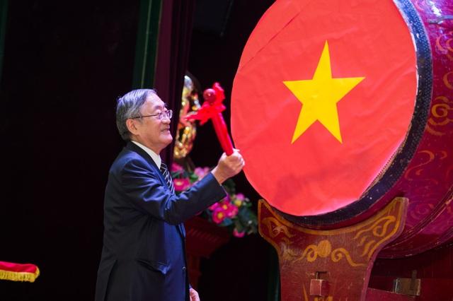 GS Furuta Motoo hiệu trưởng trường ĐH Việt Nhật đánh trống khai trường