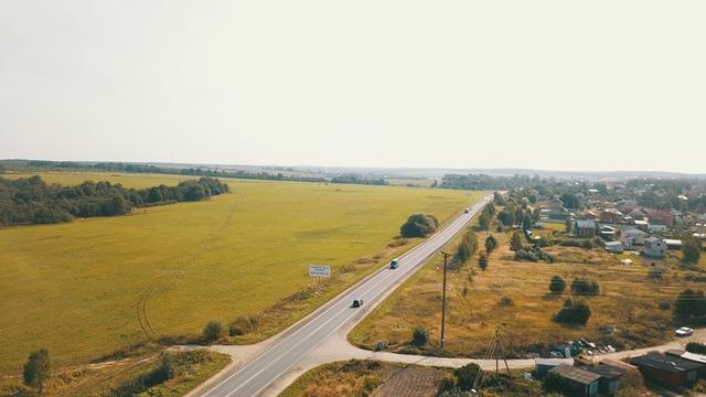 Khu vực cánh đồng TH: một bên TH đã biến đất hoang vu thành cánh đồng xanh tốt, các vùng đất hoang còn lại (bên tay phải) sẽ tiếp tục được TH vỡ hoang.