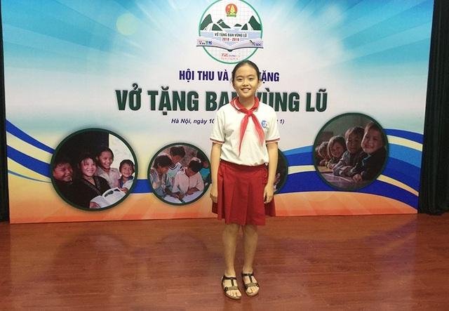 Tô Thanh Mai, học sinh lớp 5 trường Tiểu học Đoàn Thị Điểm (Hà Nội) bán đồ chơi cũ, quần áo cũ để góp tiền mua vở tặng các bạn học sinh vùng lũ.