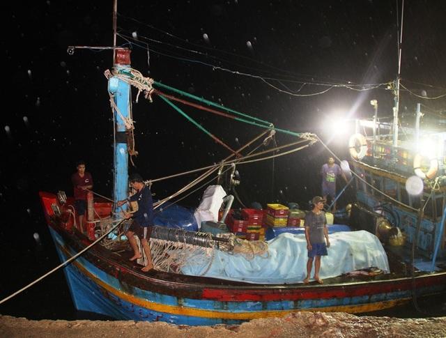 10 ngư dân trên tàu cá bị chìm may mắn sống sót.