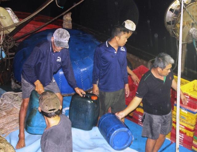 Các ngư dân nhờ ôm những can nhựa mà chờ các tàu bạn đến cứu sống.