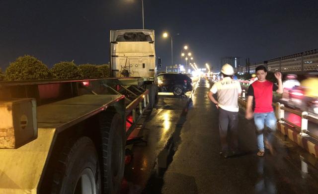 Nhiều người vì trễ công việc phải vác hành lý tìm đường rời khỏi kẹt xe trên cao tốc.