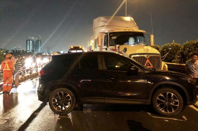 Vụ tai nạn khiến ô tô quay vòng, cả 2 phương tiện nằm chắn ngang cả mặt đường trên cao tốc.