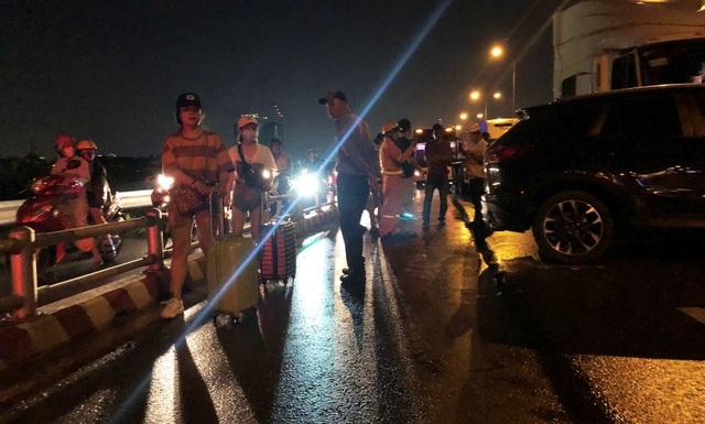 Cao tốc tê liệt sau vụ tai nạn, người dân kéo hành lý tìm đường thoát - 4
