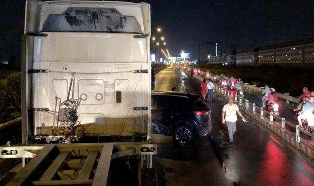 Nguyên nhân do vụ tai nạn giữa xe đầu kéo container và ô tô